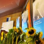 Sonnenblumen vor Plakaten der Diakonie-Schwangerenberatung im Ratssaal in Sankt Augustin