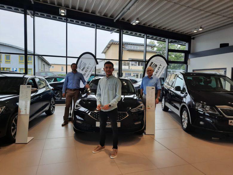 Imad Essalih mit Christian Bourtscheidt (l.) von Fischer und Bourtscheidt SEAT Automobilhandel (Lohmar) und seinem Paten Bernhard Frey.